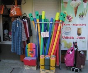 Prodaja opreme ispred ulaza u bazen