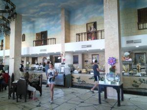 Restoran sa oslikanim terasama
