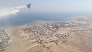 Tek ovde se vidi da su hoteliokruzeni totalnom pustinjom.