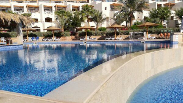 Topli infinity bazen sa barom. Greje stepeni se na 33-35 C. Preliva se u baby bazen.