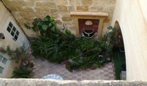 Imamo pogled na zid i dole na malo unutrasnje dvoriste. U prizemlju je apartman.